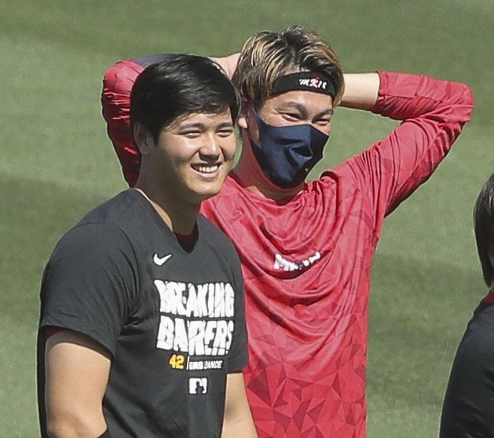 試合前、ツインズ前田(右)と笑顔で話すエンゼルス大谷(共同)