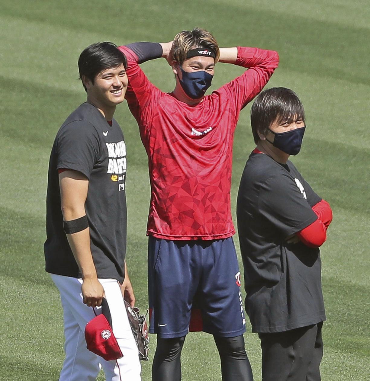 試合前、ツインズ前田(中央)と笑顔で話すエンゼルス大谷(左)(共同)