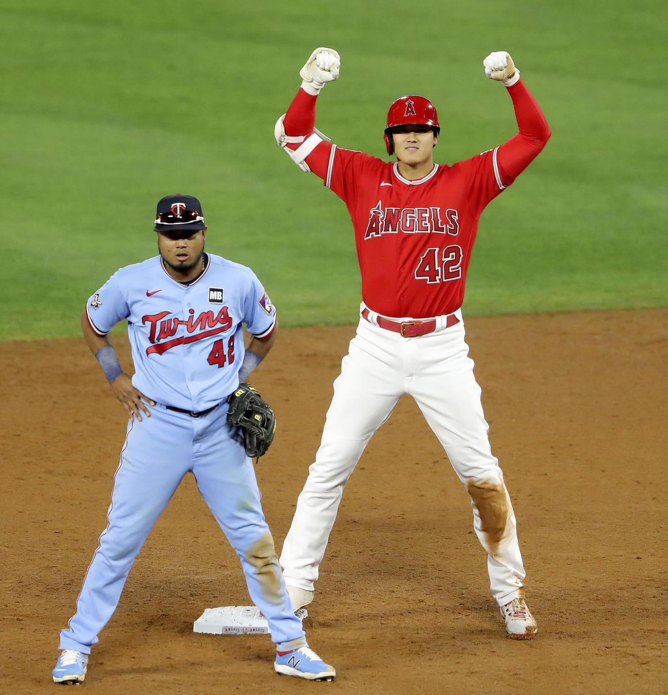 ツインズ戦の6回、中前打で三塁への送球の間に二進し、塁上でポーズをとるエンゼルス大谷(共同)