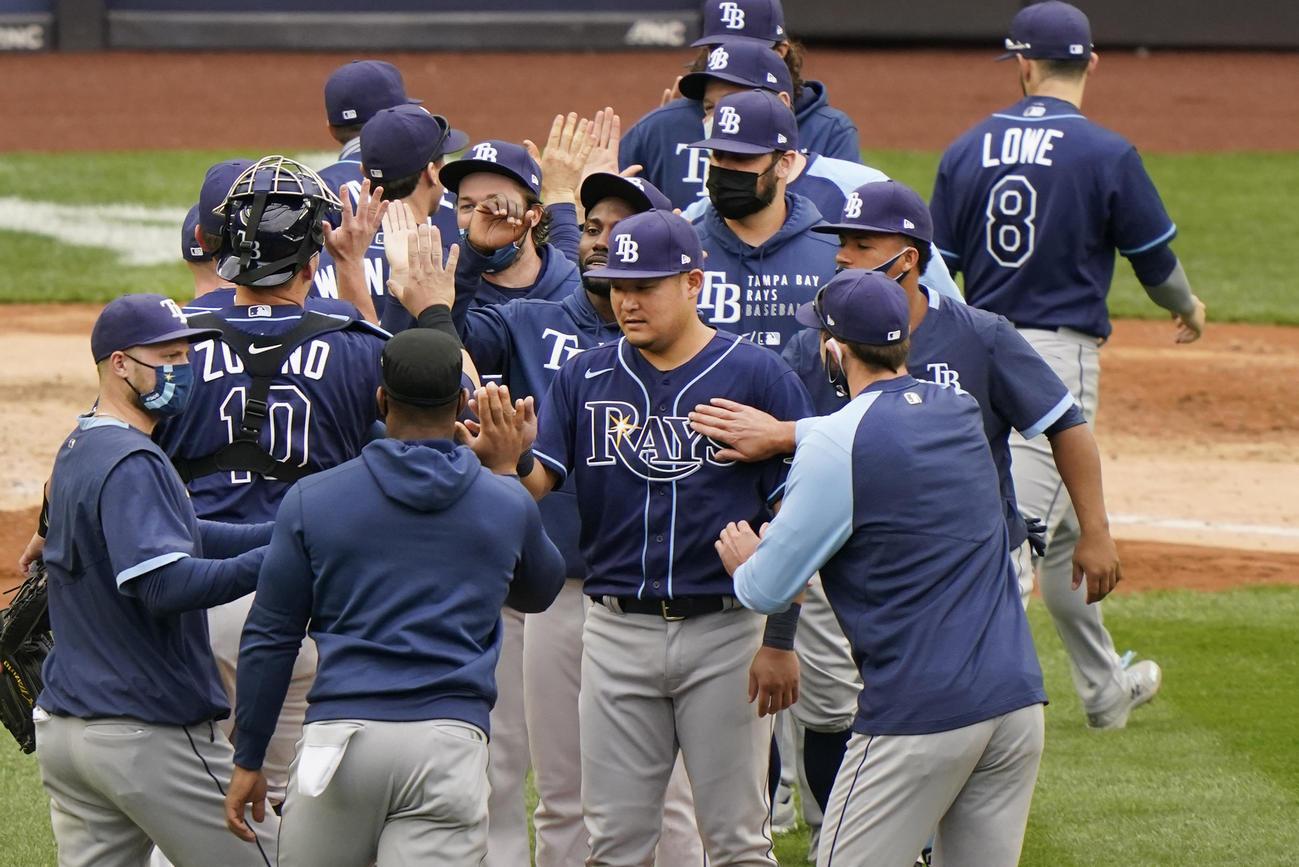 ヤンキースに3連勝し仲間と喜ぶレイズ筒香(中央)(AP)
