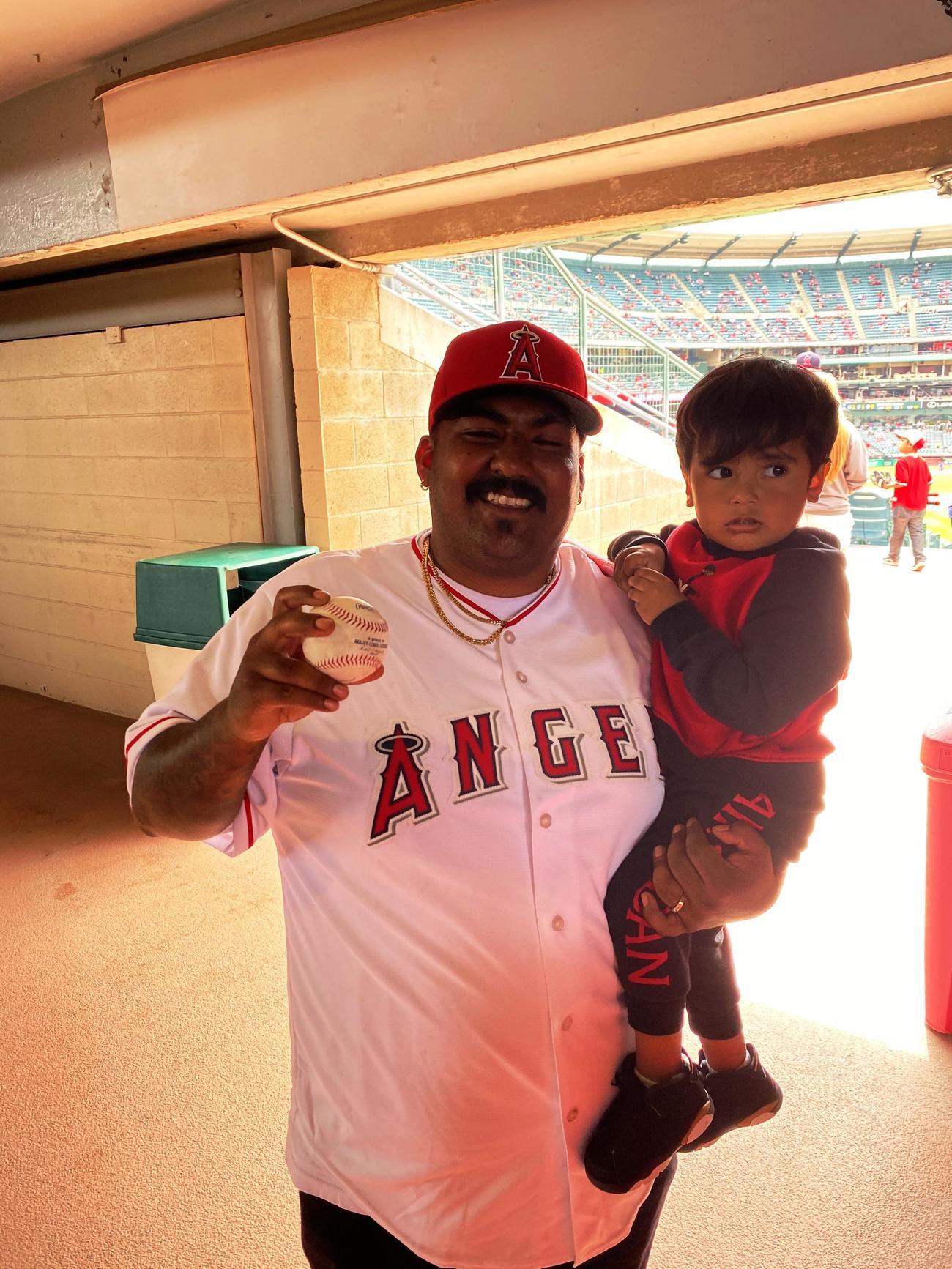 エンゼルス大谷の日米通算100号本塁打のボールを手に笑顔を見せるフィゲロアJr.さん(Angels Baseball)