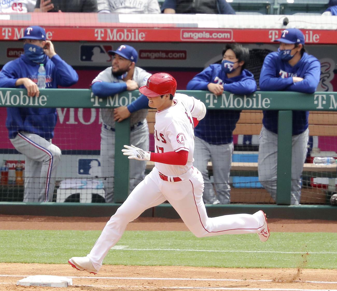 3回に5号ソロを放って塁を回るエンゼルス・大谷と、打球の行方を見つめるレンジャーズベンチ。右端は有原(共同)