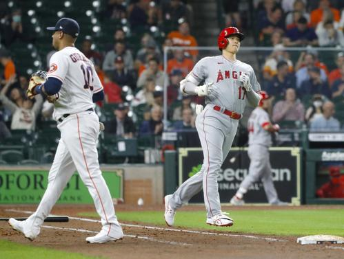 アストロズ戦の5回、一ゴロに倒れたエンゼルス大谷。左は一塁手グリエル(共同)