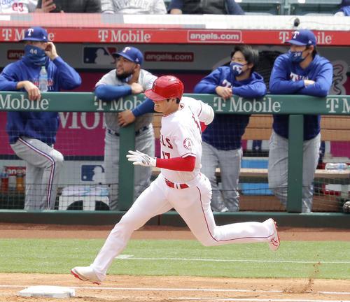 3回に5号ソロを放って塁を回るエンゼルス大谷と、打球の行方を見つめるレンジャーズベンチ。右端は有原(共同)