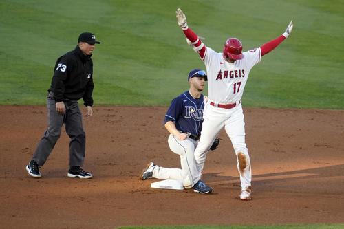 1回、中二塁打を放ち、二塁ベース上で大きく手を広げてアピールするエンゼルス大谷(AP)