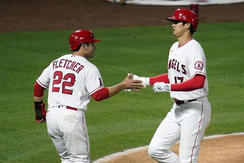 6回無死一塁、9号2ランを放ち、ホームインしてフレッチャーに祝福されるエンゼルス大谷(AP)