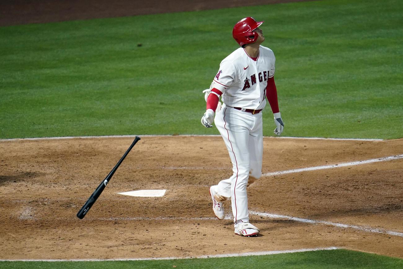6回無死一塁、9号2ランを放ち、打球の行方を見つめながらゆっくりと一塁へ歩き出すエンゼルス大谷(AP)