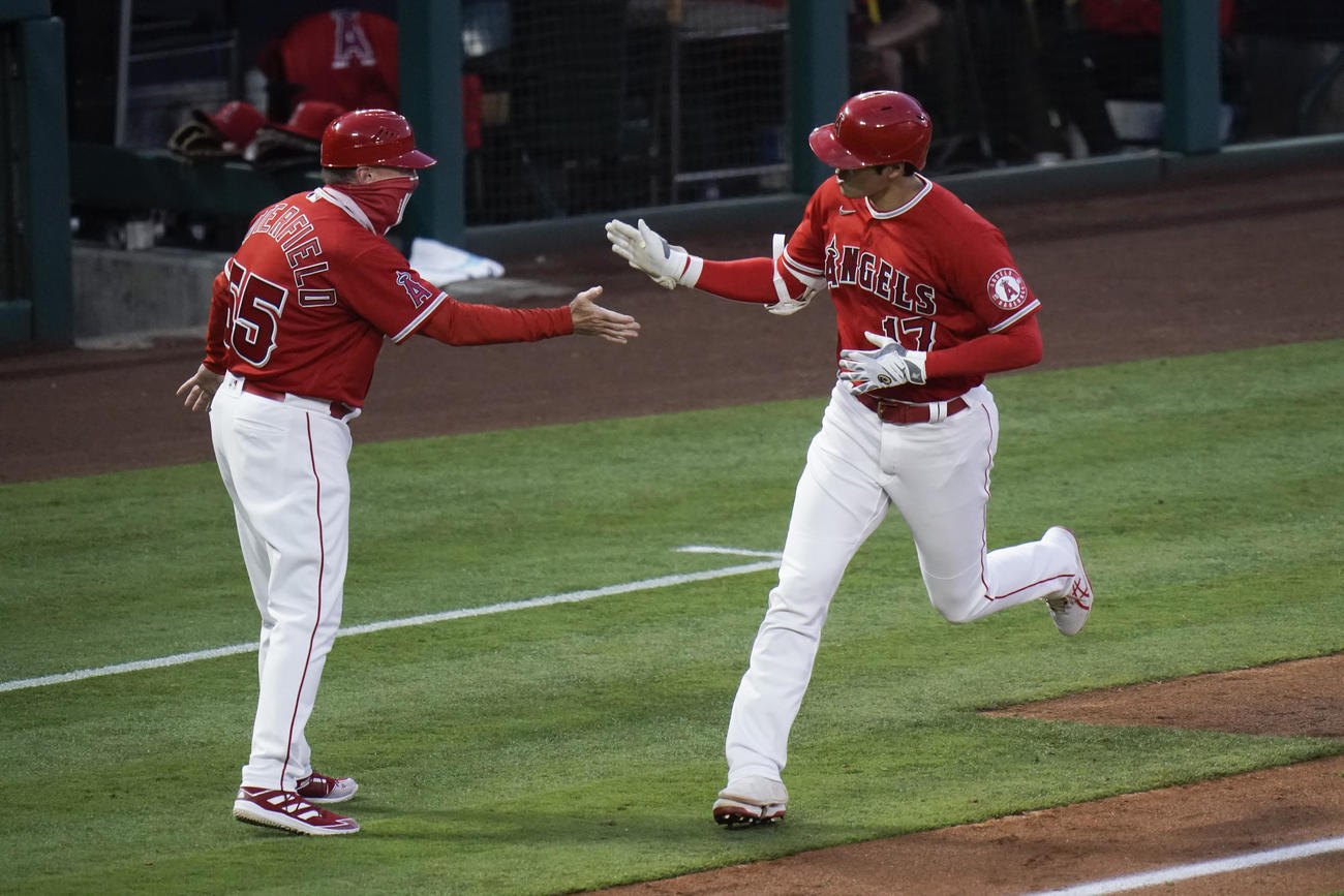 3回、今季10号を放ち三塁を回る大谷(AP)