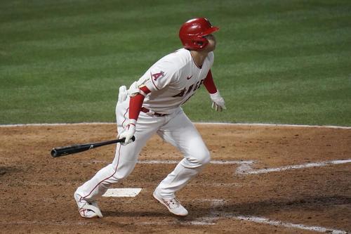6回、適時二塁打を放つ大谷(AP)