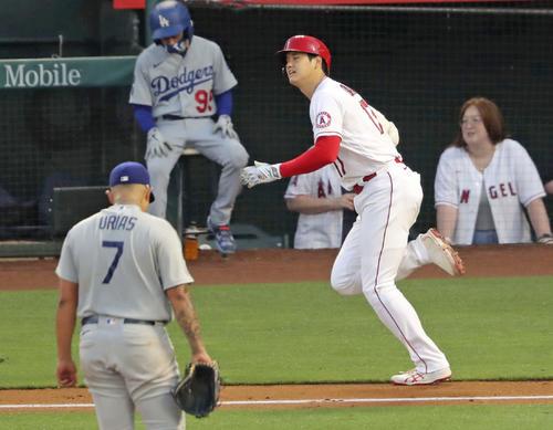 ドジャース戦の2回、中飛に倒れたエンゼルス大谷。投手ウリアス(共同)
