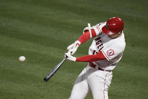 5回、左越え適時二塁打を放つ大谷(AP)