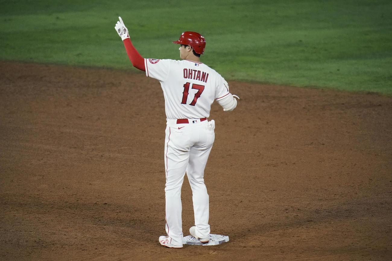 6回、適時二塁打を放った大谷(AP)