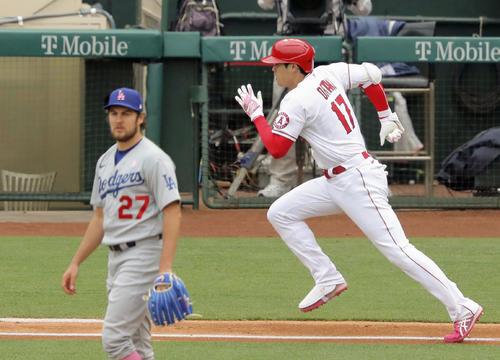 ドジャース戦の1回、投手バウアー(左)から遊撃内野安打を放つエンゼルス大谷(共同)
