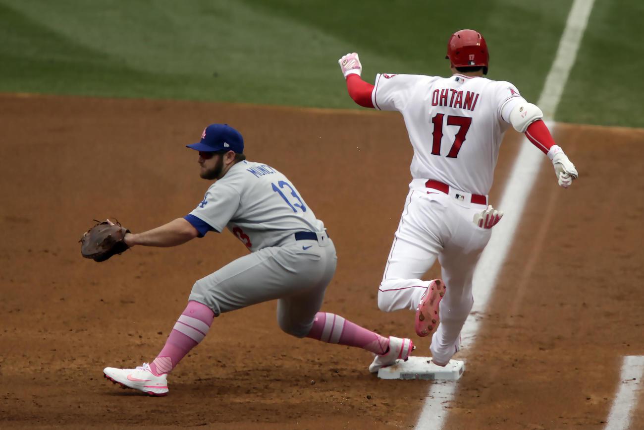 1回、遊撃内野安打で一塁へ駆け込む大谷(AP)