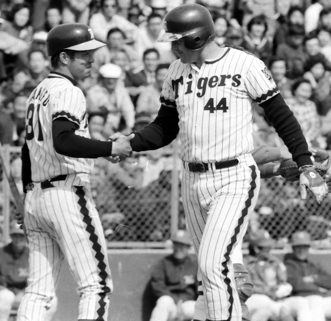本塁打を放ち、掛布雅之(左)、と握手するハル・ブリーデン氏(1977年3月23日撮影)