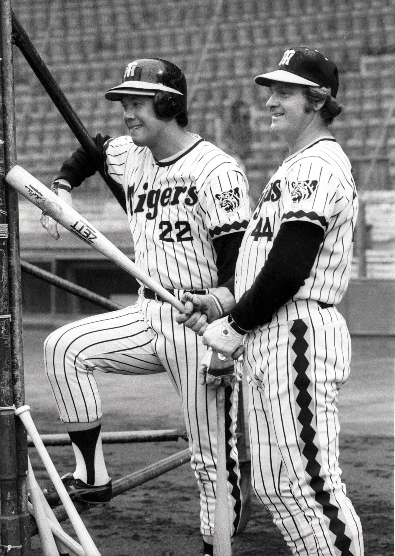 練習中に笑顔を見せる田淵幸一(左)とハル・ブリーデン氏(1978年撮影)