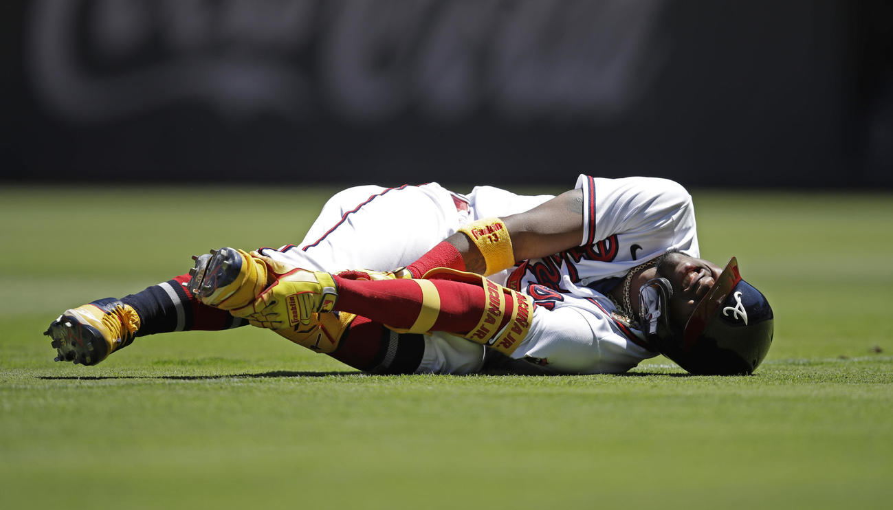 7回に左足首を痛めたブレーブスのロナルド・アクーニャ(AP)