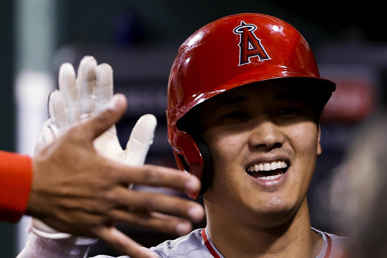 6回、11号ソロを放ちベンチで笑顔を見せるエンゼルス大谷(AP)