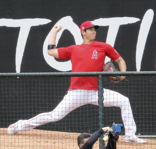 試合前、ブルペンで投球練習するエンゼルス大谷(共同)