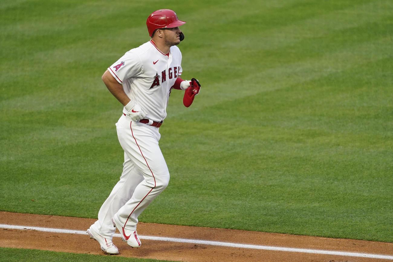 第1打席、四球で出塁したエンゼルスのマイク・トラウト(AP)