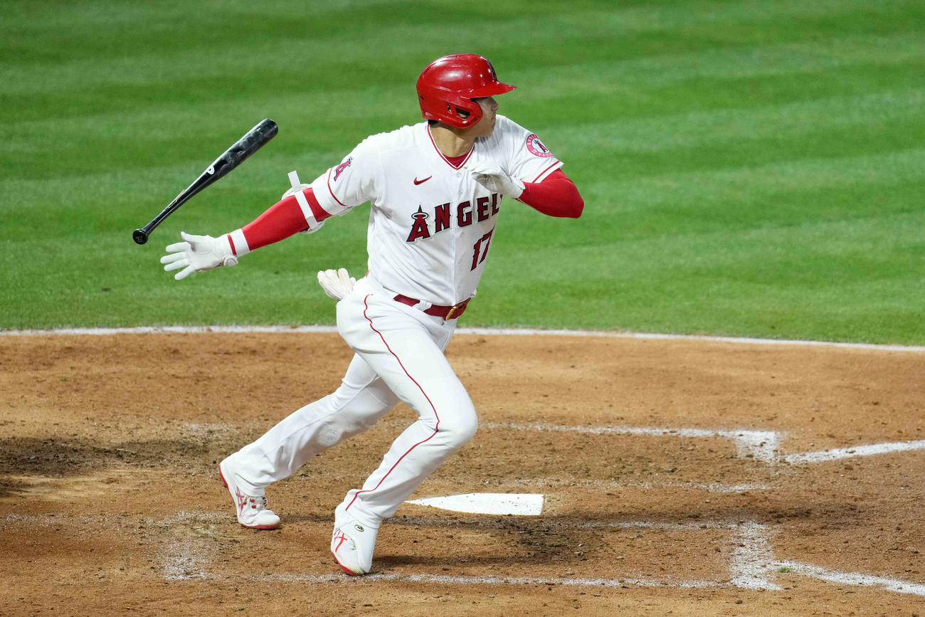 6回、右二塁打を放つエンゼルス大谷(ロイター)