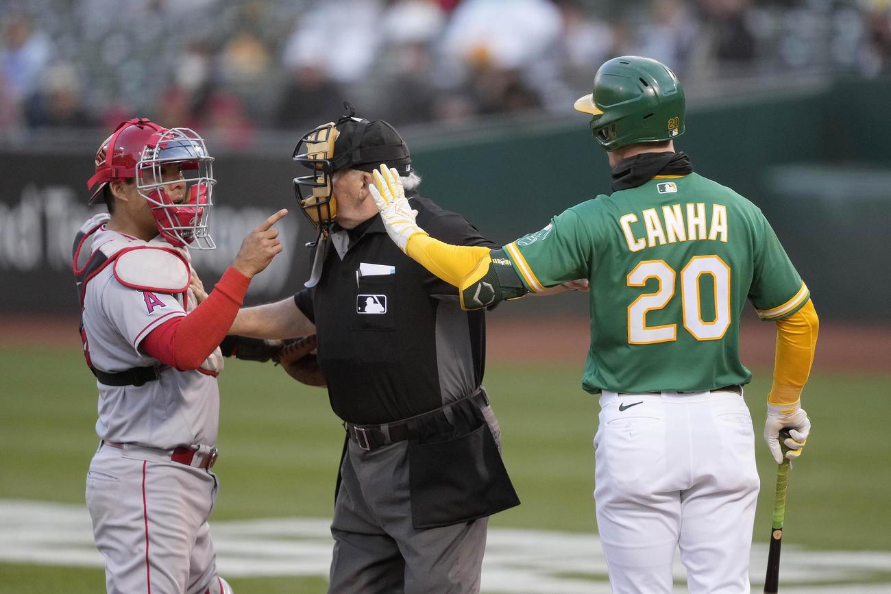 顔近くの投球を巡り口論するエンゼルス捕手スズキ(左)とアスレチックス・キャンハ(右)(AP)