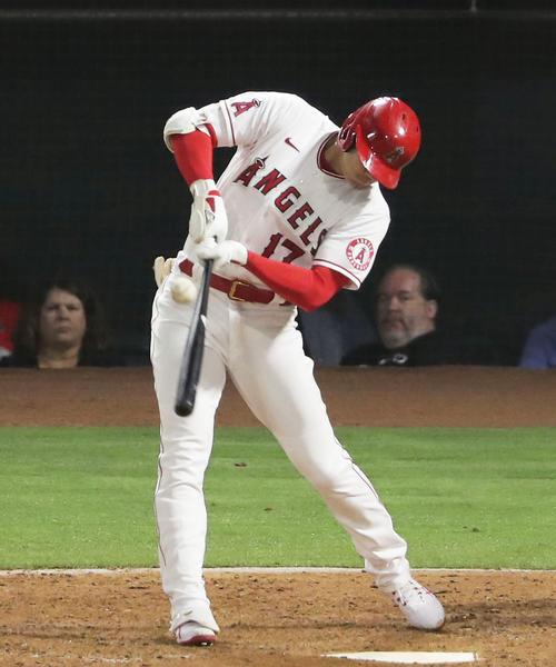 マリナーズ戦の8回、左前へ適時二塁打を放つエンゼルス大谷(共同)
