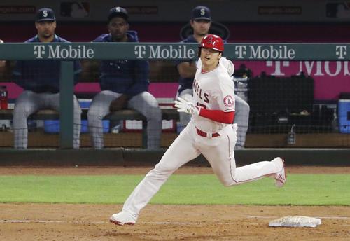 マリナーズ戦の8回、適時二塁打を放ち一塁を回るエンゼルス大谷(共同)