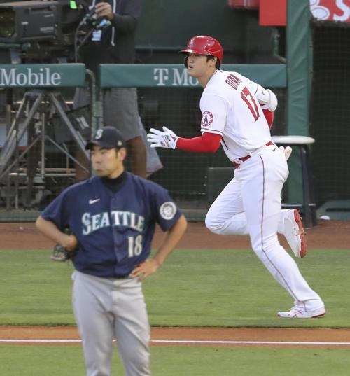 マリナーズ戦の1回、菊池(左)との対決で先制の16号本塁打を放ったエンゼルス大谷(共同)