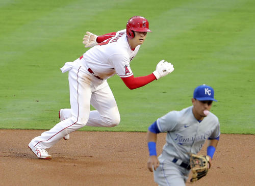 ロイヤルズ戦の1回、レンドンの適時打で本塁へ走るエンゼルスの二走大谷(共同)