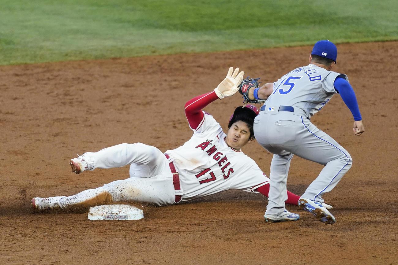 2回、盗塁に成功する大谷(AP)