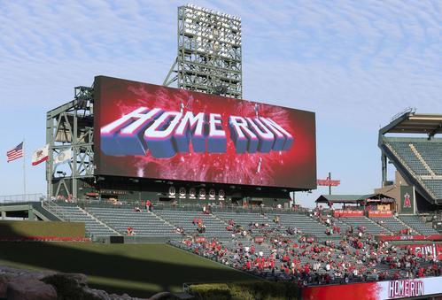 ロイヤルズ戦の1回、エンゼルス大谷が本塁打を放ったことを伝える電光掲示板(共同)