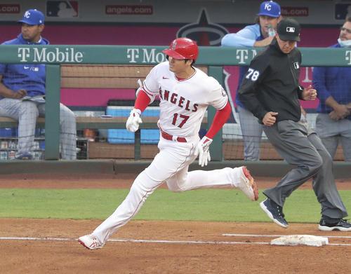 ロイヤルズ戦の3回、二塁打を放ち一塁を回るエンゼルス大谷(共同)