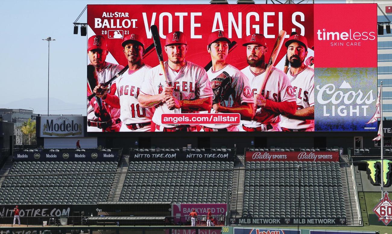 オールスター戦のファン投票を呼び掛けるスタジアムの電光掲示板(共同)