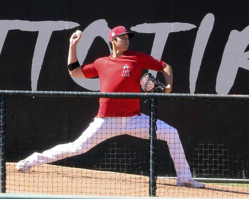 ブルペンで投球練習するエンゼルス(共同)