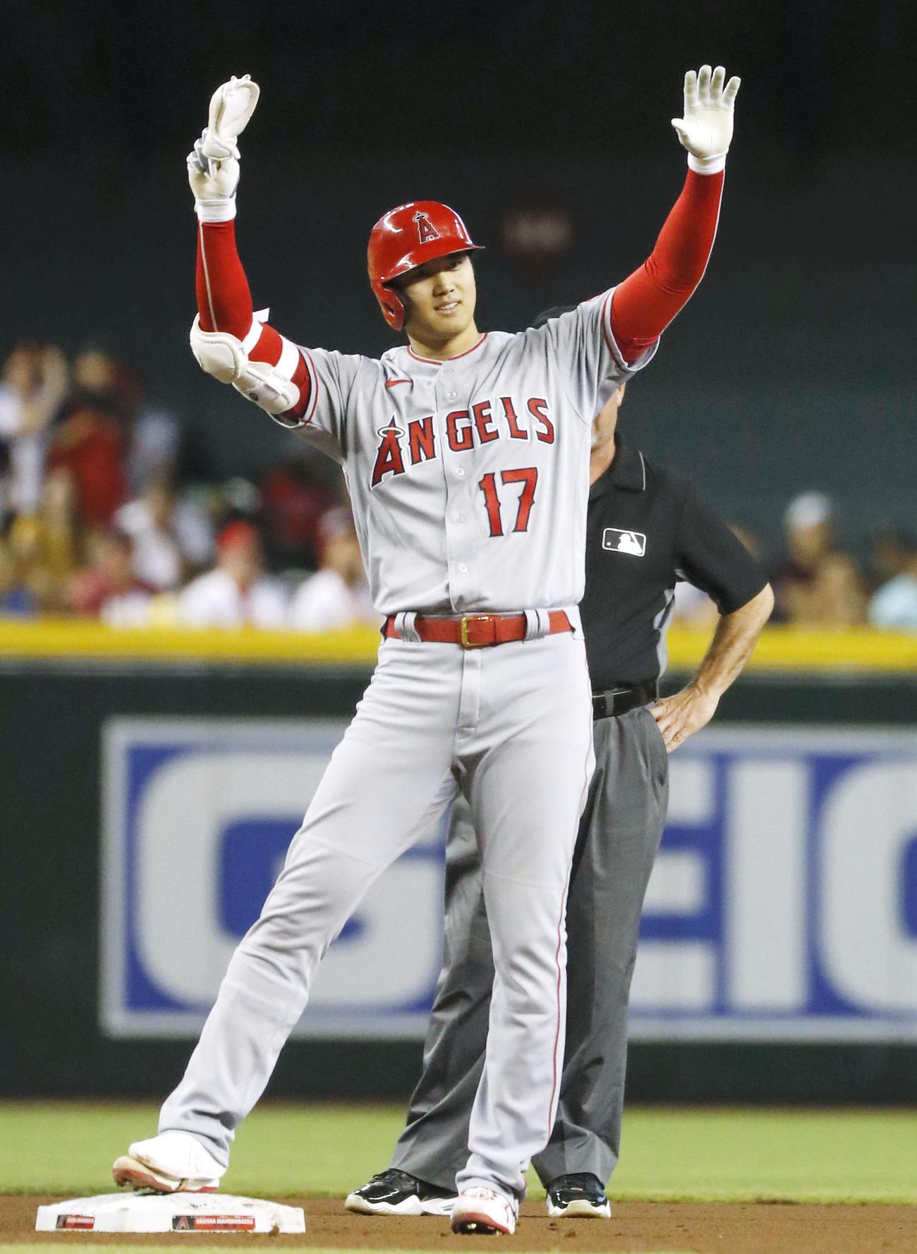 ダイヤモンドバックス戦の7回、二塁打を放ち、ベンチへ向かって両手を上げるエンゼルス大谷(共同)