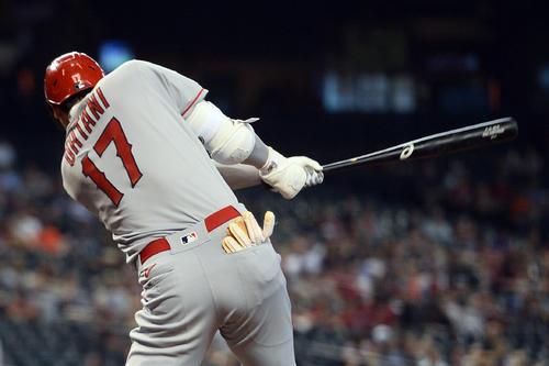8回、代打で出場した大谷は右前安打を放つ(ロイター)