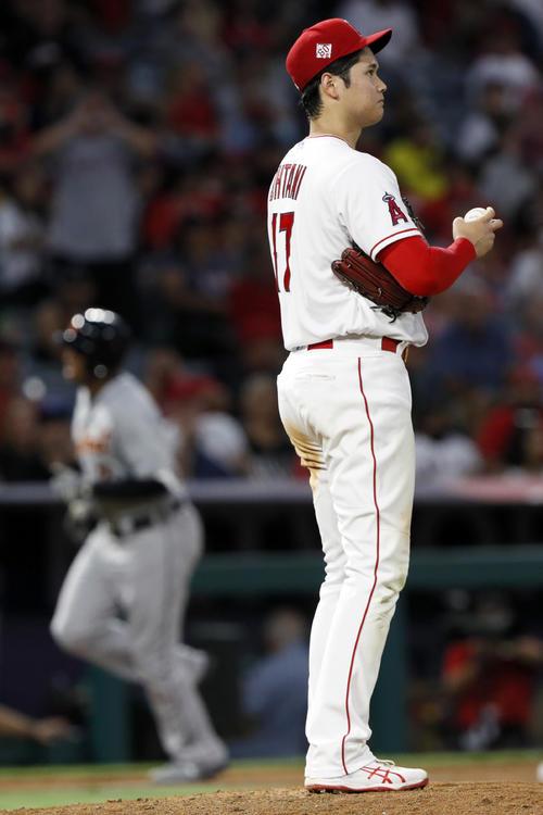 6回、スクープにソロ本塁打を浴びた大谷(AP)