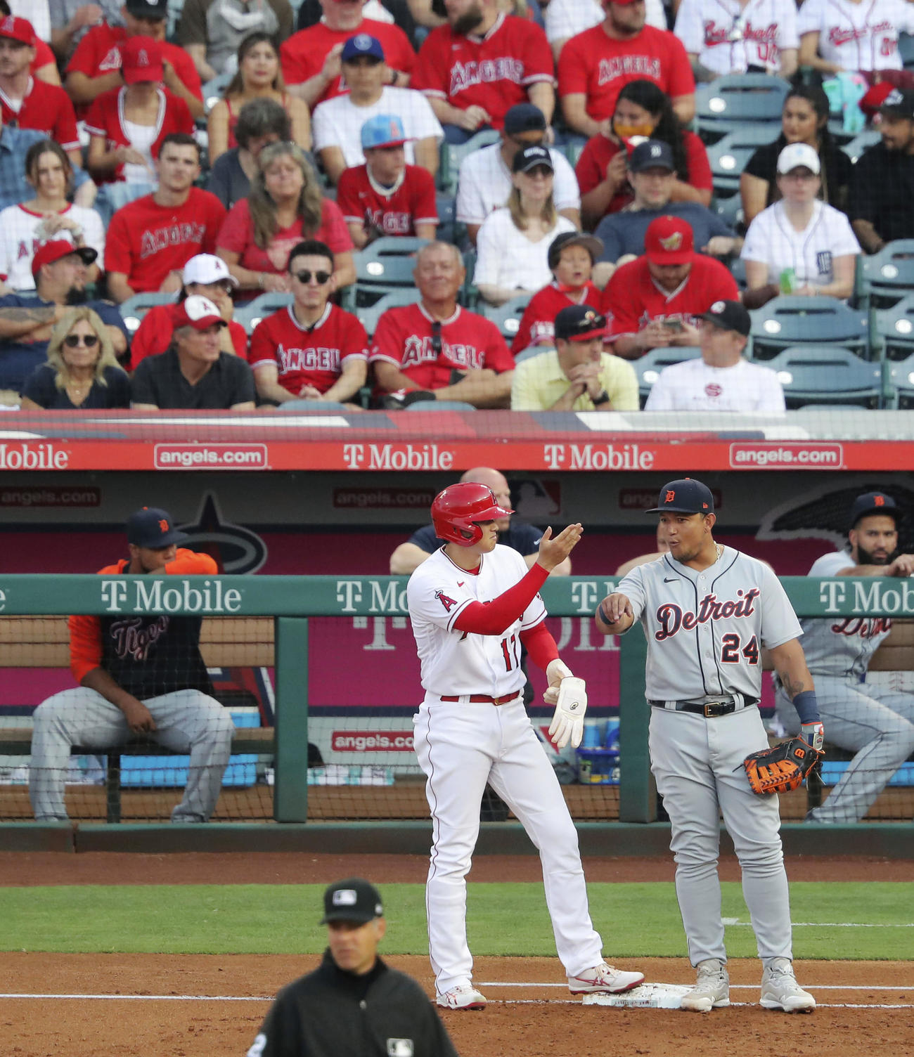 タイガース戦の1回、四球で出塁し一塁手カブレラと話をするエンゼルス・大谷(共同)