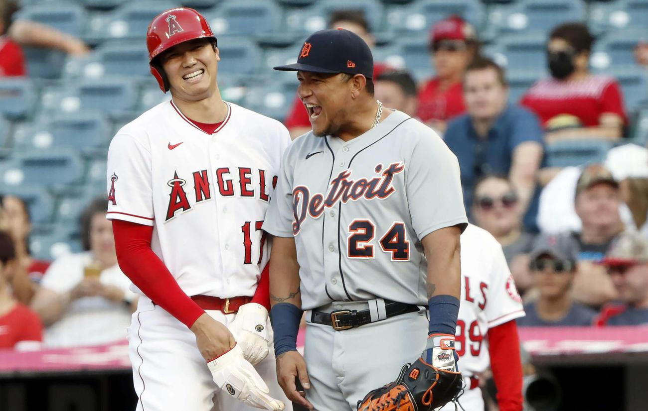 タイガース戦の1回、四球で出塁し一塁手カブレラ(右)と話をするエンゼルス大谷(AP)
