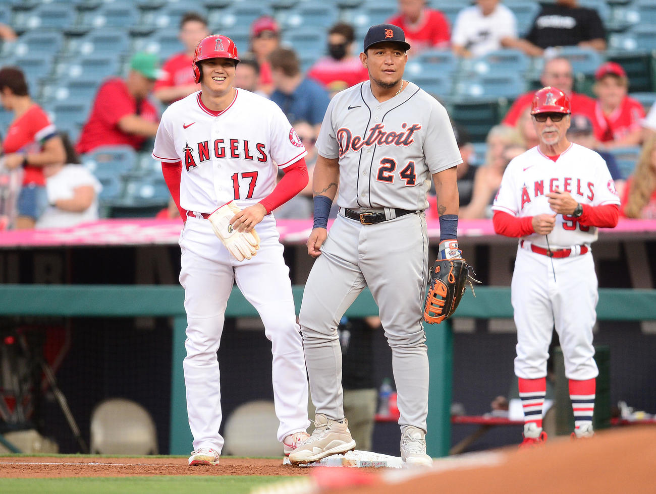 1回、四球で出塁した大谷はタイガース一塁手のカブレラと談笑(ロイター)