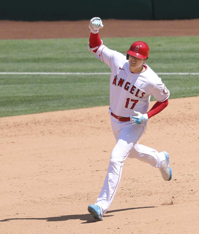 タイガース戦の5回、23号2点本塁打を放ちガッツポーズするエンゼルス大谷(共同)