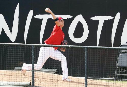 ブルペンで投球練習するエンゼルス大谷(共同)