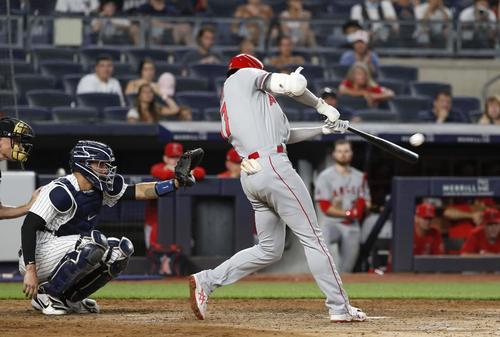 ヤンキース戦の5回、2打席連続本塁打となる28号2ランを放つエンゼルス大谷(共同)