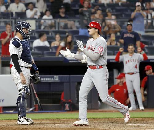 ヤンキース戦の5回、2打席連続本塁打となる28号2ランを放ったエンゼルス大谷(共同)