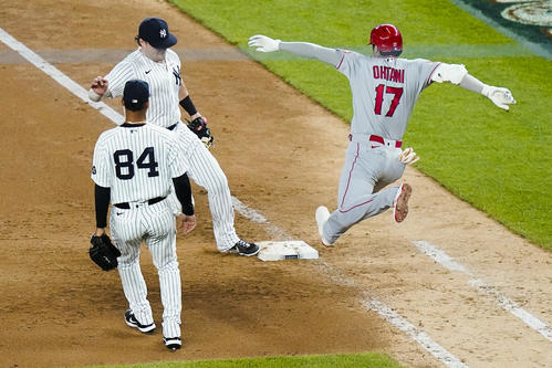 9回、一塁へ駆け込む大谷(AP)