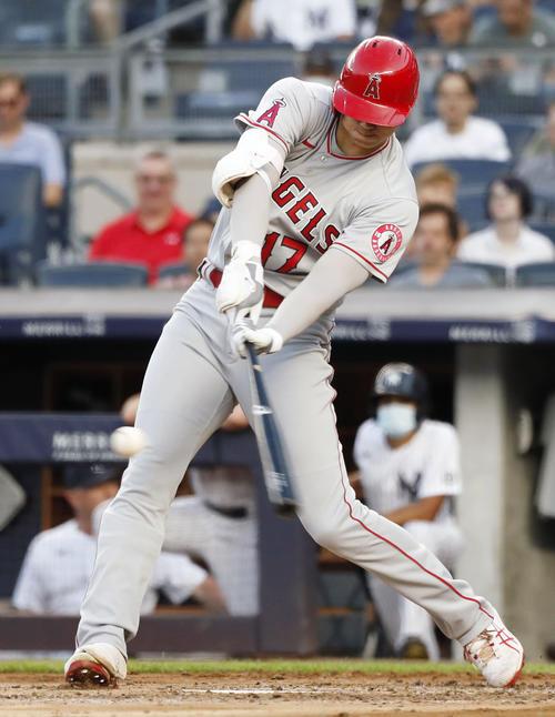 ヤンキース戦の3回、3試合連続となる27号本塁打を放つエンゼルス大谷(共同)