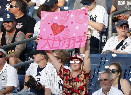 米大リーグのヤンキース戦でエンゼルス大谷翔平を応援するファン(共同)