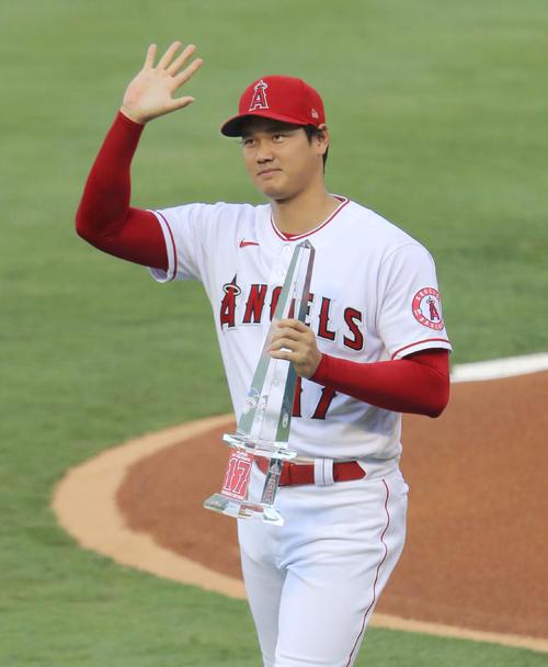 6月の月間最優秀選手の表彰を受け、トロフィーを手にファンに手を振るエンゼルス・大谷=アナハイム(共同)