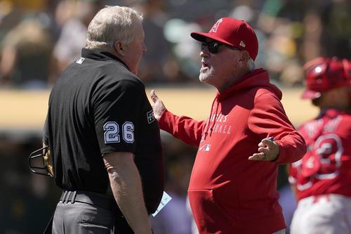 8回、ミラー球審に抗議するエンゼルスのマドン監督(AP)